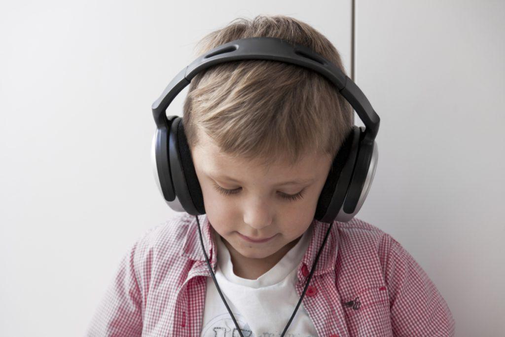 تاثیر قصه صوتی کودکان برافزایش قدرت شنیداری کودک
