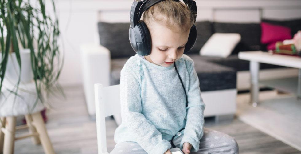 10 قصه صوتی کودکان جذاب و آشنایی با تاثیر قصه گویی بر خلاقیت و رشد ذهنی کودک